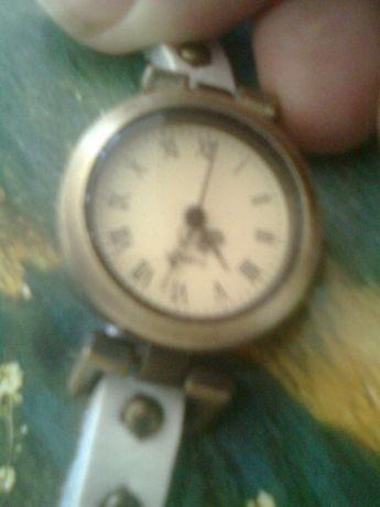 Vand ceas vintage,are baterie,aspect bronz,dama, curea lunga alba,no
