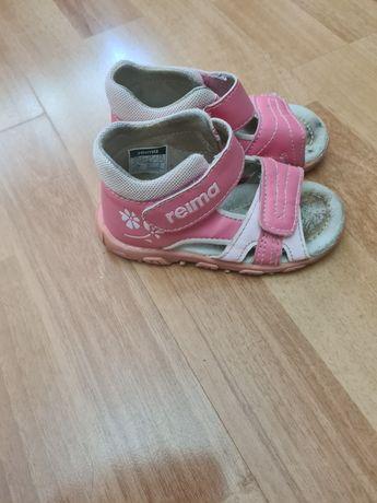 Продам детские сандали Reima