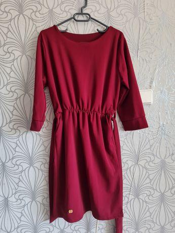 Продавам винена рокля.
