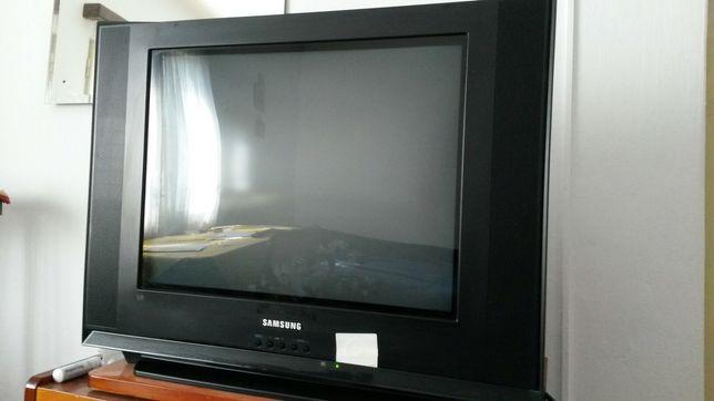 Televizor Samsung Slim Fit TV, perfect funcțional, cu telecomandă.