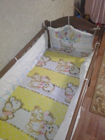СРОЧНОПродам детскую деревянную  кроватку с бортиками, новым матрасом