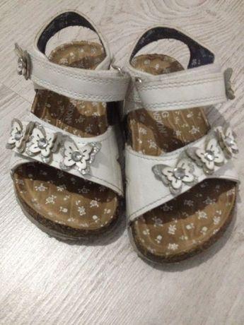Sandale cu fluturași