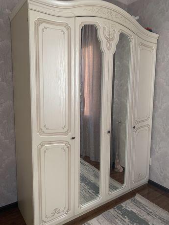 Продаем шкаф, кровать, зеркало и тумбочку. В комплекте.