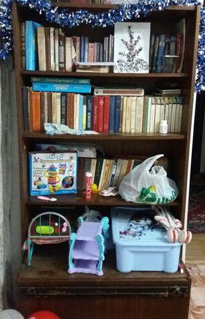 Книжный вместительный шкаф