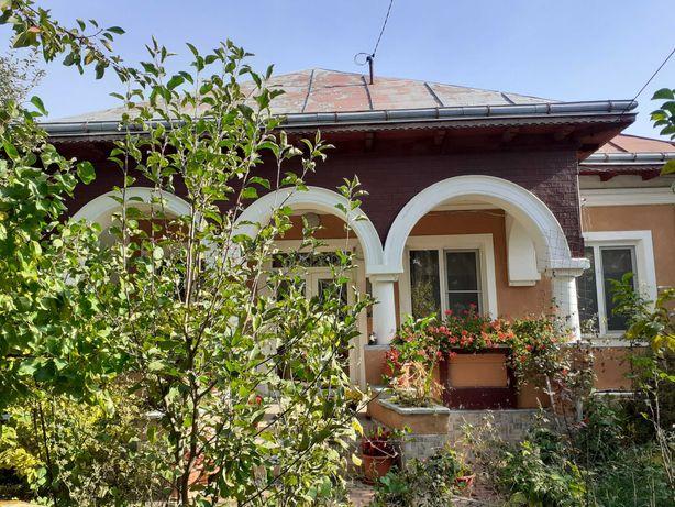 vand  vila cu etaj,9camere,3 bai ,gradina de legume,pomi fructiferi,.