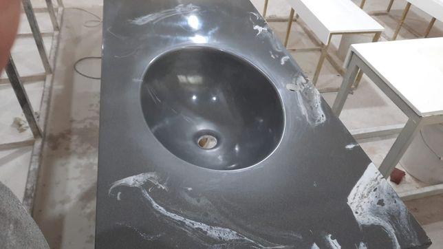 Черная каменная столешница с раковиной