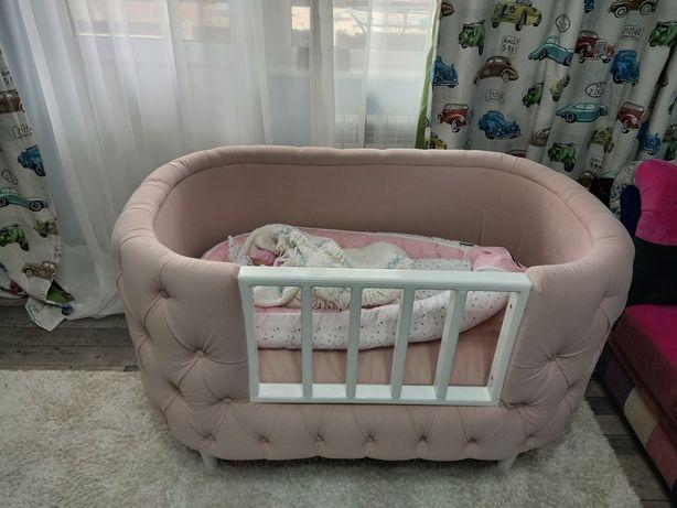 Patut bebeluși  are saltea inclusă si o pernuta