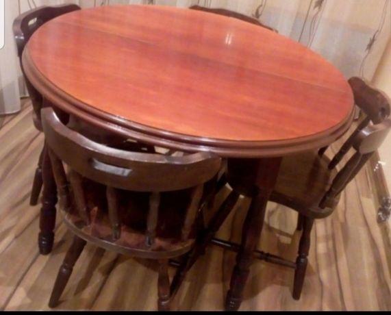 Vand masa din lemn cu 4 scaune tapitate cu catifea visinie.