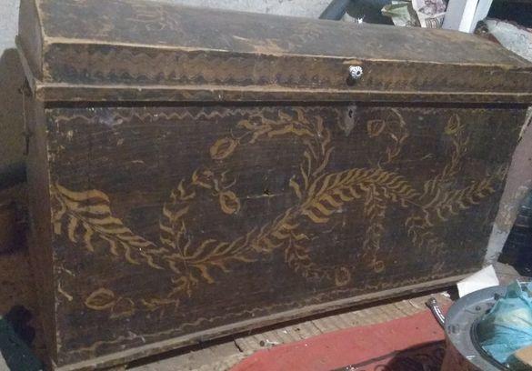 Старинен дървен сандък с инкрустация