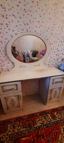 2 местный диван, тумбочки, стол с зеркалом