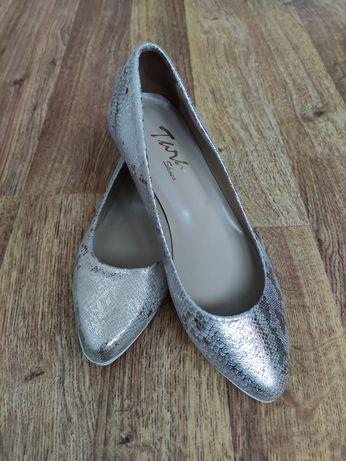 Чисто нови обувки от естествена кожа с принт