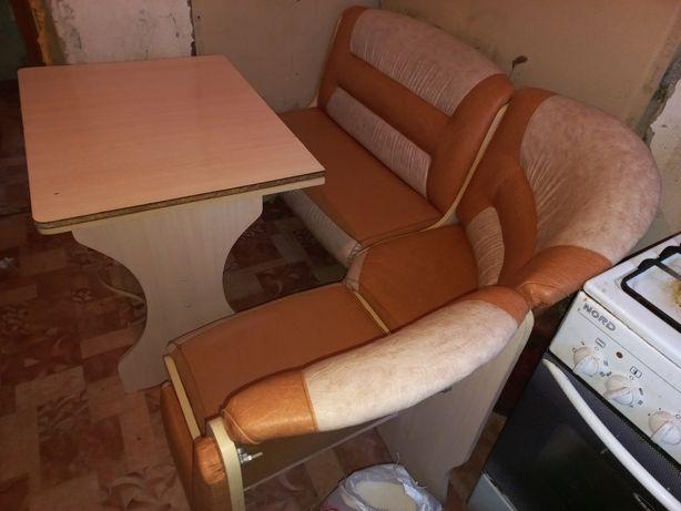 Продам диван и стол.