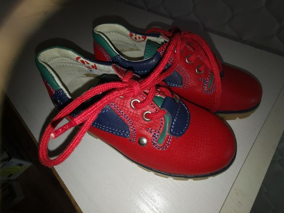 Детски обувки в червено
