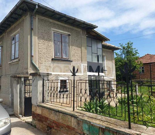 Двуетажна къща с постройки и голям двор