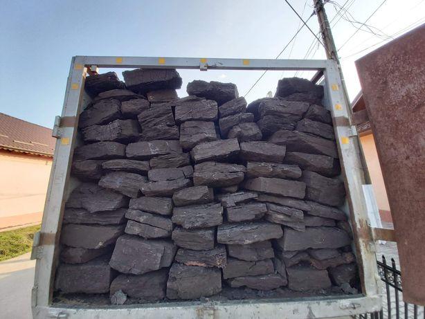 Cărbune lignit sortat manual.