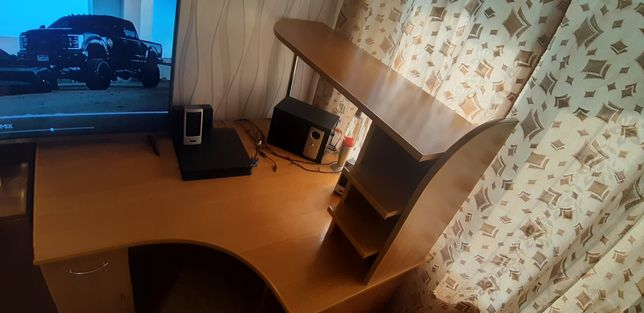 Продам компьютерный стол угловой в хорошем состоянии  15000тг