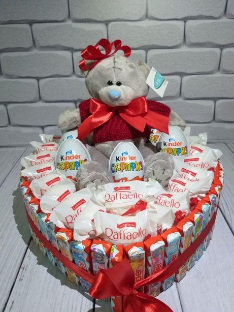 Подарок из конфет киндер. Киндер торт. Доставка цветов и шаров
