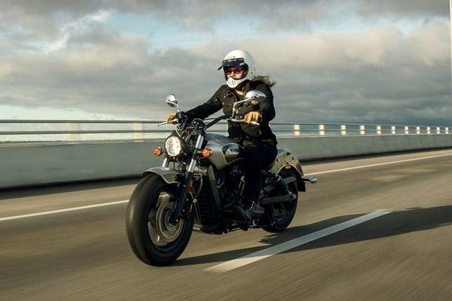 Vând echipament moto foarte divers.
