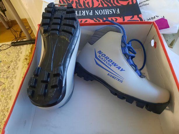 Ботинки лыжные для 36 размер новые.
