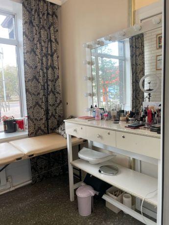 Столик для макияжа и кушетка