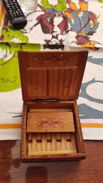 Стара дървена кутика за цигари