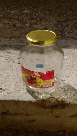 Празни буркани, бутилки, метални кутийки и други