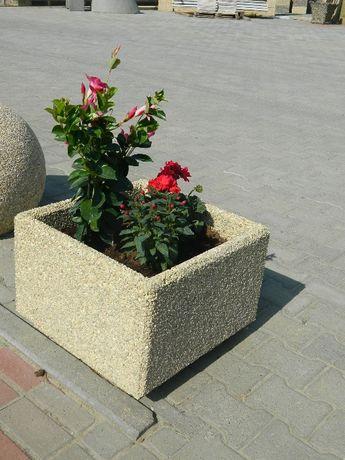 Jardiniere din beton cu piatra spalata
