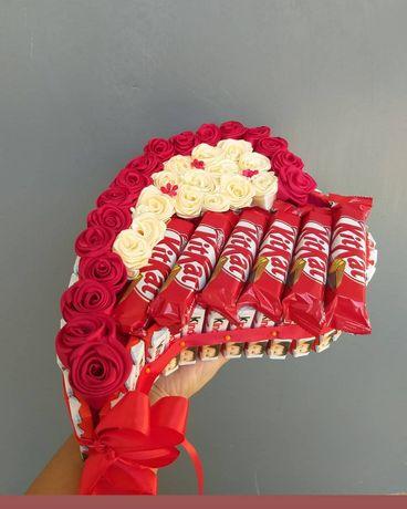 Подарок из конфет и цветов.Подарочная коробка с конфетами и мягкой игр