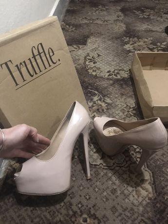 Телесни лачени обувки Truffle