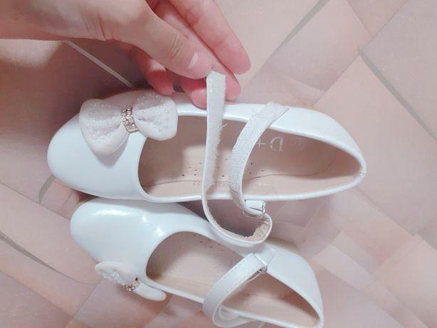 Продам туфельки белые 27 размер