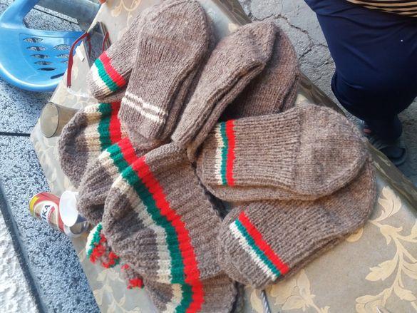 Вълнени шапки и чорапи шапките са на цена от 10лв а чорапите са 7лв