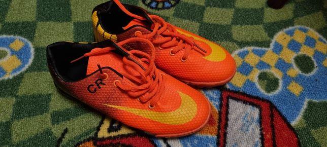 Продам кроссовки-сороконожки для футбола