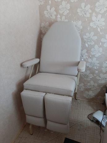 Педикюрное кресло с подлокотниками.