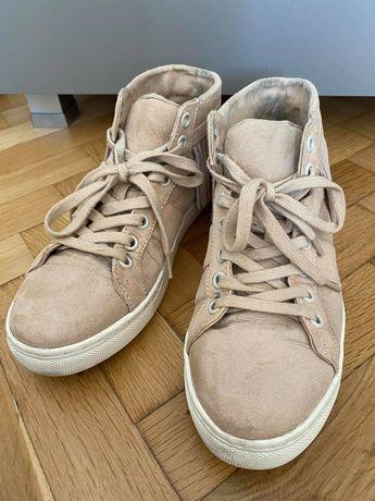 Дамски бежави велурени обувки,номер 36 и дамски бели маратонки,номер37