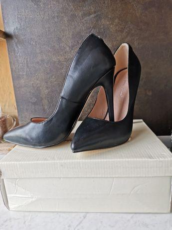 Черни високи обувки