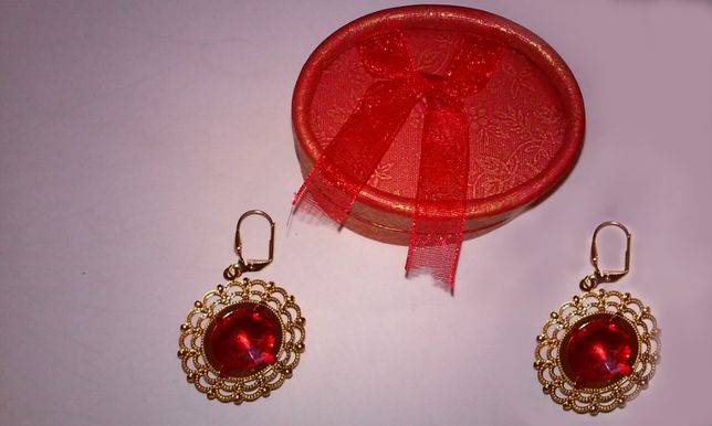 Cercei placati cu aur, decorati cu cristale swarovski -rosu siam, mari