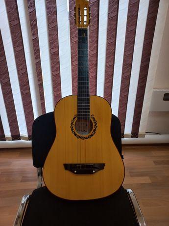 Продаётся гитара шестиструнная с чехлом