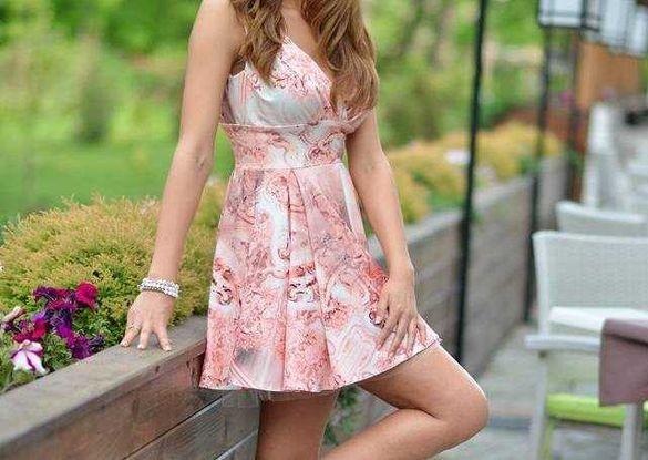 Розова разкроена рокля