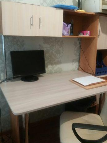 продам стол для школьника с полочками и креслом