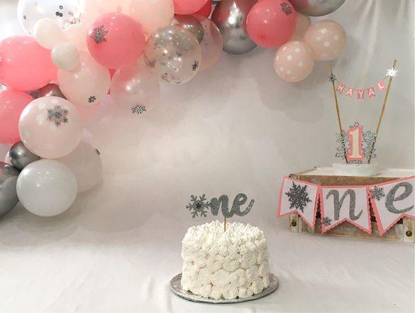 """Украса за първи рожден ден """"Снежна приказка""""; надписи, топери, туту."""