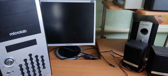 Компьютер, монитор и динамики.