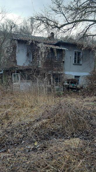 Дворно място с къща