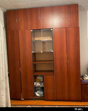 Шкаф коричневый.