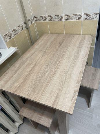 Ккхонный стол +4 табуретки