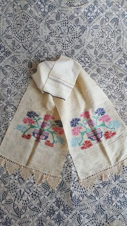 Голяма автентична кърпа с цветни бродерии и плетена дантела