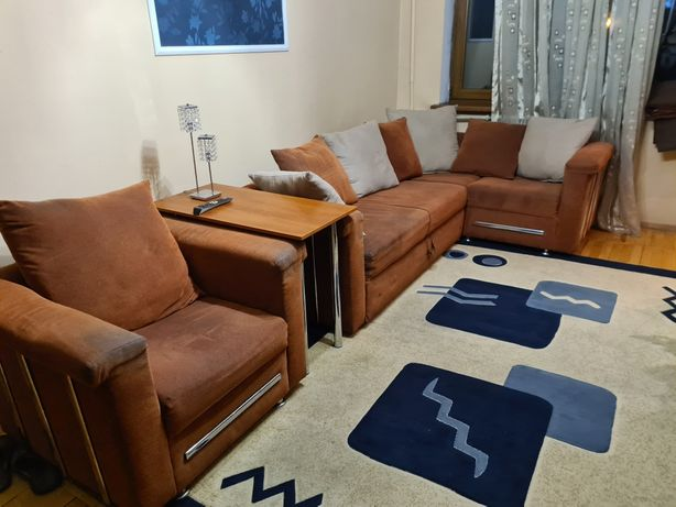 Угловой диван с креслом и столиком