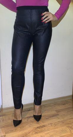 Дамски еластичен панталон от плат и кожа