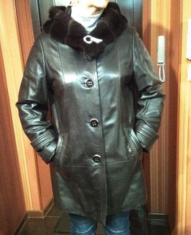 Кожаная куртка с норковым капюшоном.