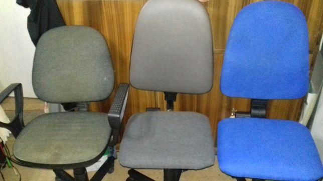 Scaune de birou folosite-cu tapitaj gri,albastru si scaune lemn