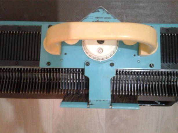 вязальная машина вяжет пряжа бобинная и руч,снуд,шапка,свитер,носки